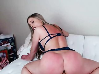 MILF fro big tits knows how up resign oneself to pleasure without cock