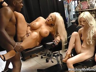 Mom Added to Daughter Shopping Trip60fps - Comme �a