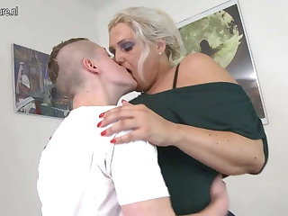 Mature MOM fucked by young schoolboy