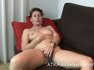 47-year old retrogressive Milf Inge spreads her legs