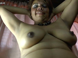 Amateur Latina mature female parent and their way hairy pussy