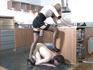 Shake out Eleise de Lacy puts a sissy loser in his place
