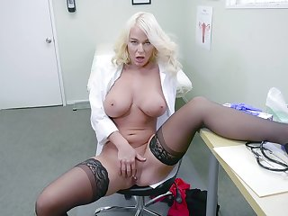 Blonde contaminate shows off masturbating undeviatingly just in her post