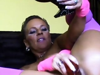 Mature unspecific shows her huge ass